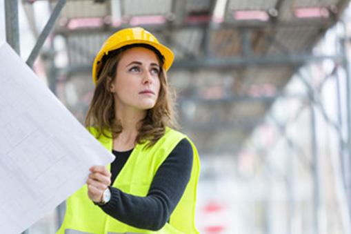 Tout savoir sur les assurances spécifiques pour les femmes dans le bâtiment